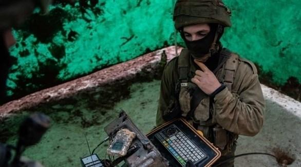 جندي إسرائيلي يفحص نفقاً عثر عليه على الحدود مع لبنان (أرشيف)