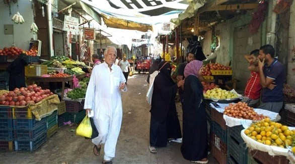 مصريون في أحد أسواق مدينة العريش (أرشيف)