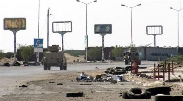 عربات عسكرية في أحد شوارع مدينة الحديدة اليمنية (أرشيف)