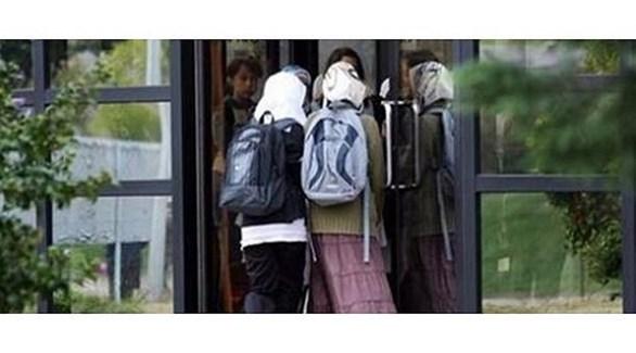 طالبات محجبات في مدخل مدرسة ألمانية (أرشيف)