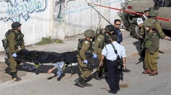 جنود إسرائيليون ينقلون جثمان فلسطيني بعد مقتله (أرشيف)