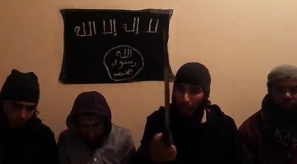 أفراد خلال مبايعتهم لتنظيم داعش الإرهابي (أرشيف)