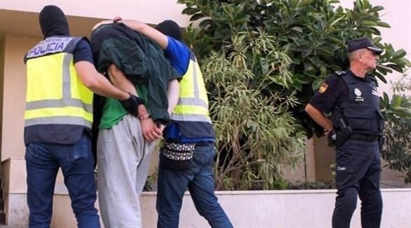 عناصر الشرطة الاسبانية تعتقل أحد المطلوبين (أرشيف)