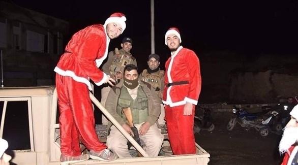 عراقيون بملابس بابا نويل مع عناصر من الشرطة (أرشيف)