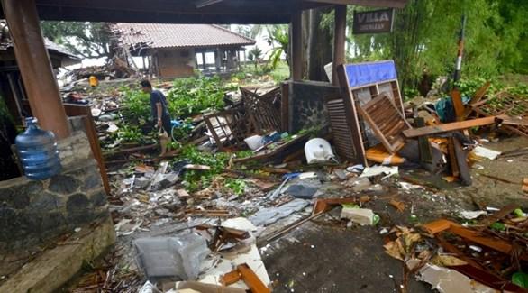 إندونيسي في إحدى المناطق المنكوبة يتأمل أضرار المد العالي (أ ف ب)