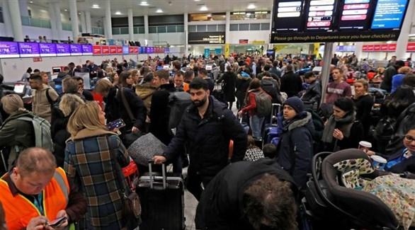 مسافرون عالقون في مطار غاتويك بعد إلغاء ألف رحلة بسبب طائرات دون طيار (سكاي نيوز)