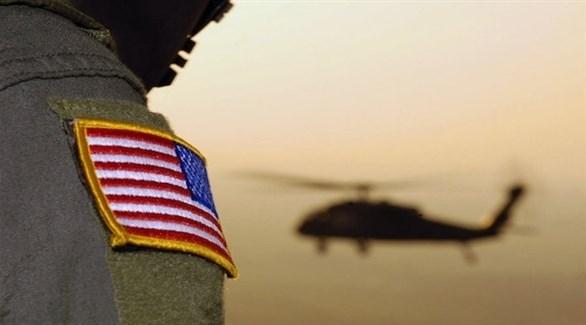 جندي أمريكي بجانب إحدى المروحيات (أرشيف)
