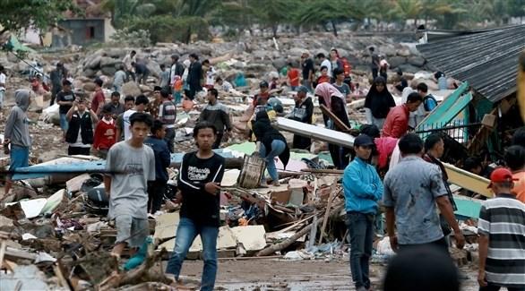 ألسكان يعاينون أضرار التسونامي التي ضربت منازلهم (أ ف ب)