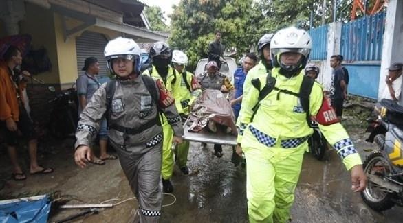 طواقم الإسعاف الإندونيسية تخلي جثث ضحايا التسونامي (إ ب أ)