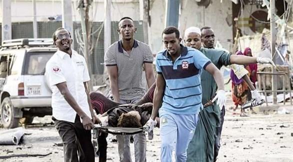إسعاف أحد المصابين في تفجيرات مقديشو عام 2017 (رويترز)