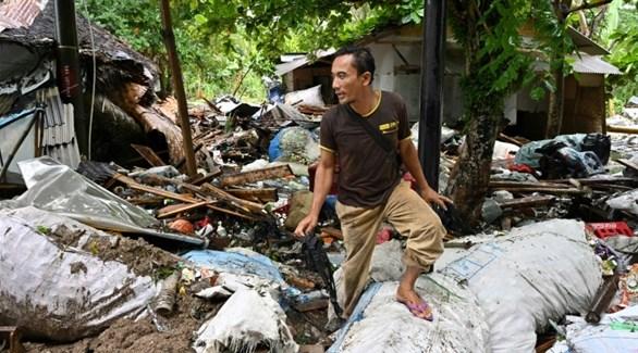 أندونيسي وسط الدمار الذي خلفه تسونامي (أ ف ب )