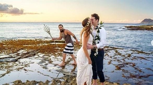 جلسة تصوير العروسين في جزيرة هاواي والنجم جايسون موموا (انستغرام)
