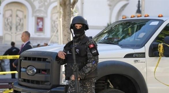 عنصر أمن تونسي في مكان الطعن (AFP)