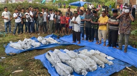 صلاة الوداع بالقرب من جثث ضحايا التسونامي (أ ف ب)
