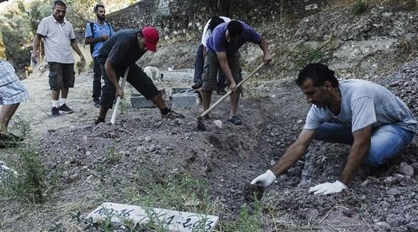 أعمال بناء وحفر في أحد المقابر (أرشيف)