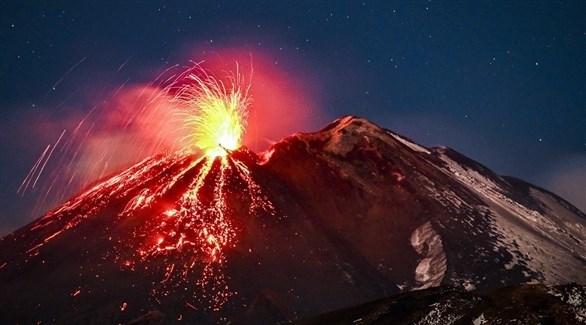 تدفق حمم من فوهة بركان إتنا في صقلية (تويتر)