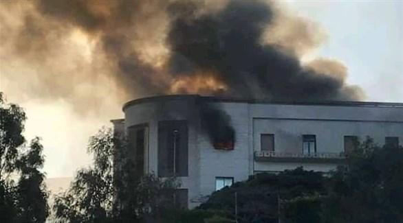 أعمدة الدخان تتصاعد من وزارة الخارجية الليبية (تويتر)