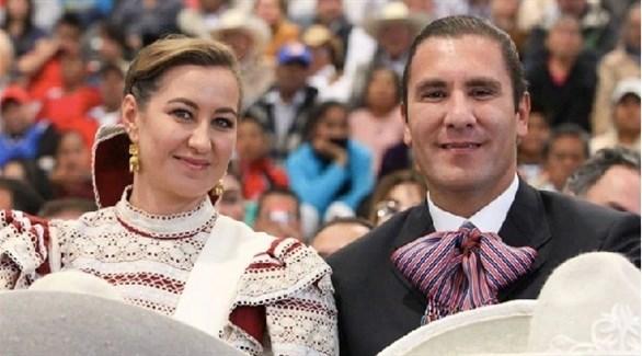 حاكمة الولاية المكسيكية بويبلا مارثا أريكا وزوجها السناتور ألونسورافييل مورينو فالي (إنفو باي)