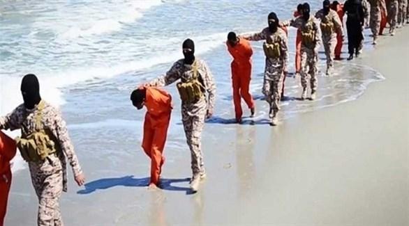 عناصر من داعش في ليبيا يقودون أسرى إلى الذبح (أرشيف)