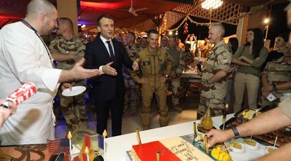 الرئيس إيمانويل ماكرون محاطاً بعسكريين فرنسيين ضمن قوة برخان (أر تي إل)