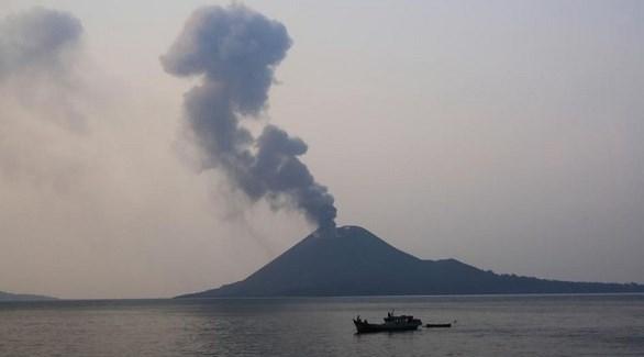تصاعد أعمدة الدخان من بركان أناك كراكاتاو الأندونيسي (تويتر)