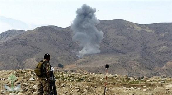 عسكري ينظر إلى تصاعد الدخان بعد قصف جوي سابق في أفغانستان (أرشيف)