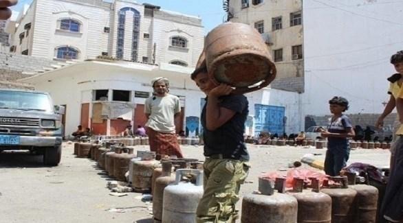 مراهق يمني يحمل عبوة غاز في صنعاء (نيوز يمن)