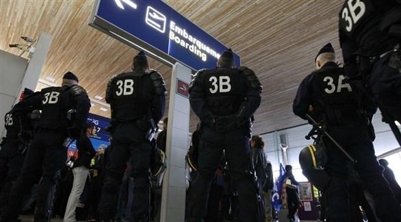 عناصر الأمن الفرنسية في مطار شارل ديغول (تويتر)