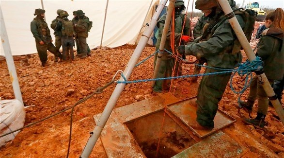 عناصر الجيش الإسرائيلي يعاينون أحد الانفاق المكتشفة (أ ف ب)