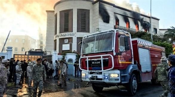 عسكريون ومنقذون من الدفاع المدني حول وزارة الخارجية بعد استهدافها (أ ف ب)