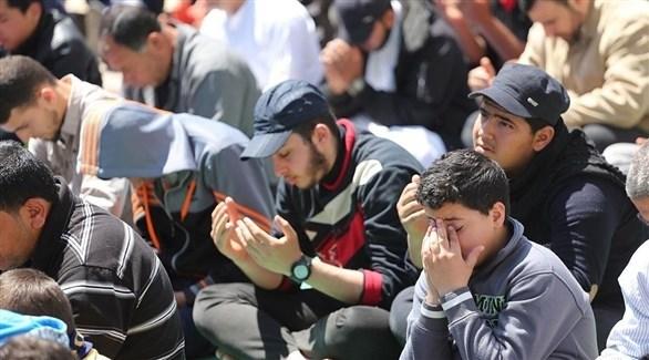شبان يؤدون الصلاة (أرشيف)