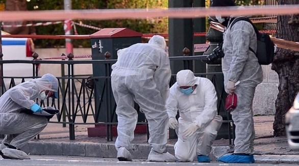 الشرطة العلمية اليونانية تجمع عينات من مكان الانفجار في أثينا (أ ف ب)