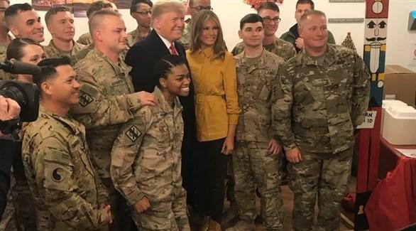 الرئيس دونالد ترامب وزوجته ميلانيا  مع جنود أمريكيين في العراق (ذا هيل)