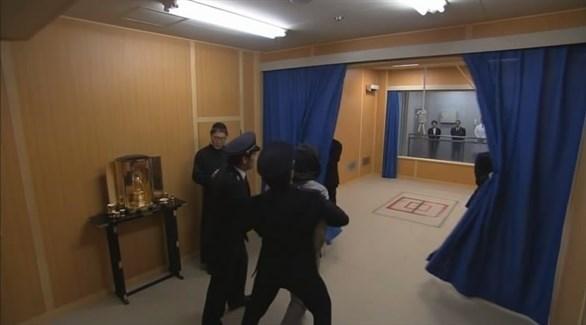 شرطيون يقودون مُداناً لغرفة الإعدام في اليابان (أرشيف)