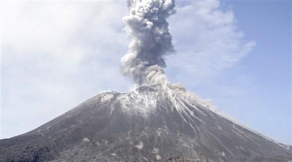 تصاعد سحب الرماد من بركان جبل أناك كراكاتاو في أندونيسيا (أرشيف)