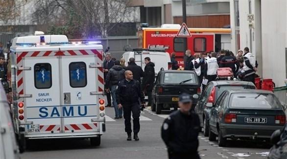 فرق الإسعاف والشرطة أمام مقرّ مجلّة شارلي ابدو بعد الهجوم (أرشيف)