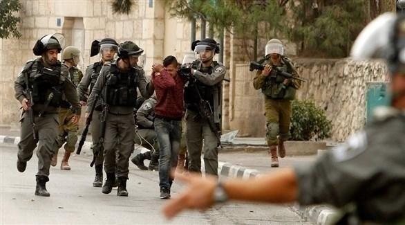 جنود إسرائليون يعتقلون فلسطينياً في الضفة (أرشيف)