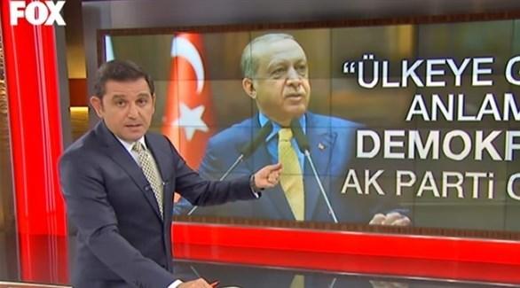 الصحفي التركي وبدا أردوغان في الصورة خلفه (أرشيف)