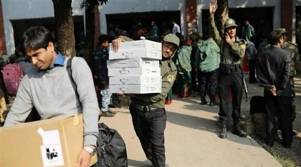 الشرطة البنغلادشية تؤمن الانتخابات التي تجرى اليوم (تويتر)