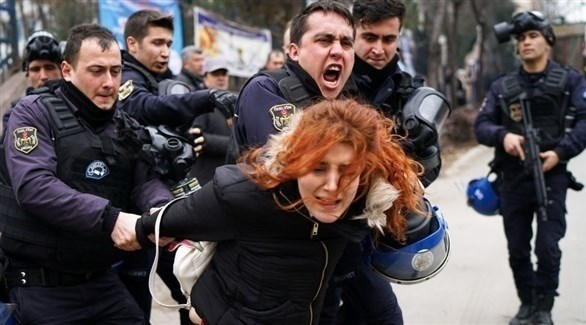 قوات أمن تر كية تعتقل متظاهرة في أنقرة (أرشيف)
