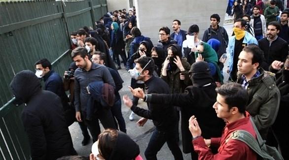 طلبة محتجون في طهران أمام إحدى الجامعات (أرشيف)