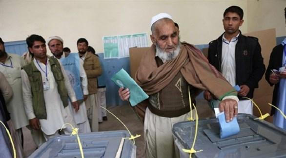 أفغاني أثناء الإدلاء بصوته في انتخابات سابقة (أرشيف)