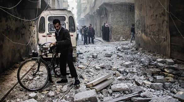 مدنيون وسط الأنقاض في سوريا (أرشيف)