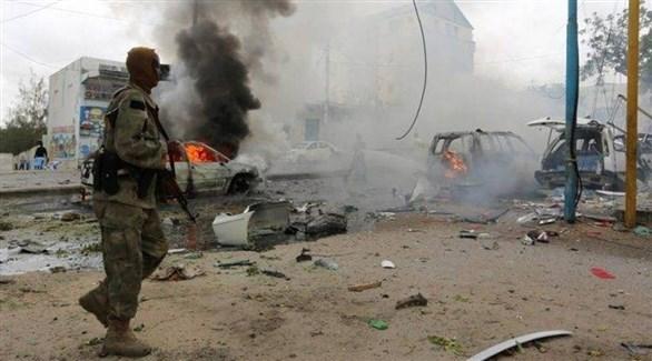 عسكري في مكان انفجار سابق بالصومال (أرشيف)