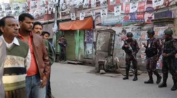الجيش أمام مركز للاقتراع في العاصمة داكا (تويتر)