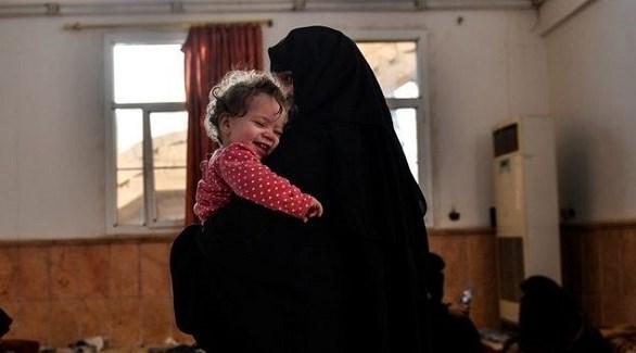 داعشية أوروبية تحضن ابنتها في العراق (أرشيف)