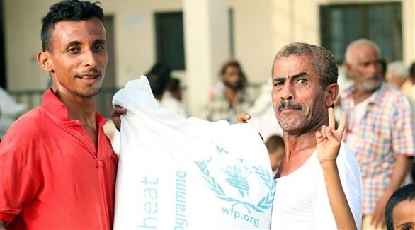 يمنيون يتسلمون مساعدات من برنامج الأغذية العالمي في اليمن (أرشيف)
