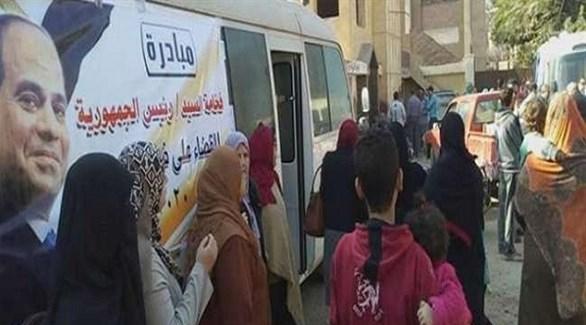 مصريون أمام حافلة للفحص في إطار حملة