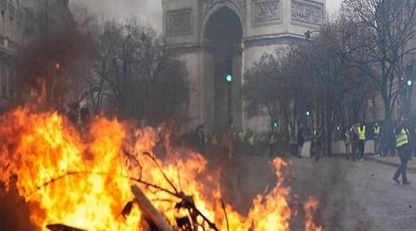 النيران تشتعل في شارع شان إيليزيه أمام قوس النصر في باريس (أ ف ب)