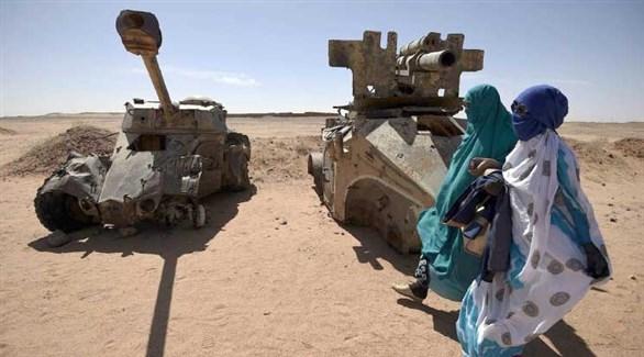 صحراويتان أمام حطام آليات عسكرية (أرشيف)